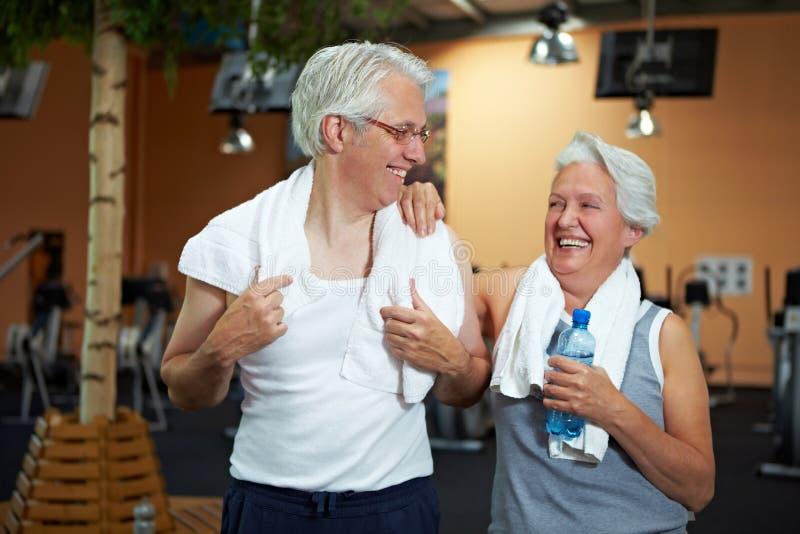 Glückliche ältere Paare in der Gymnastik stockfotografie