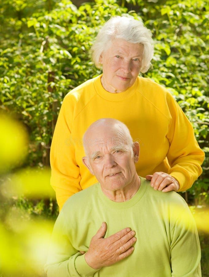Glückliche ältere Paare in der Liebe lizenzfreies stockbild