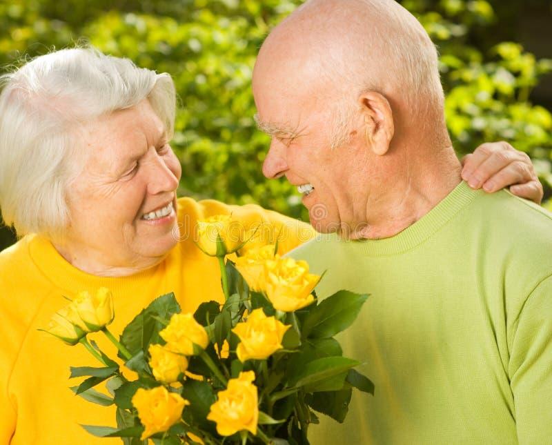 Glückliche ältere Paare in der Liebe stockbilder