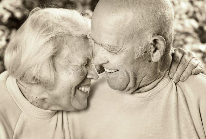Glückliche ältere Paare in der Liebe stockfoto