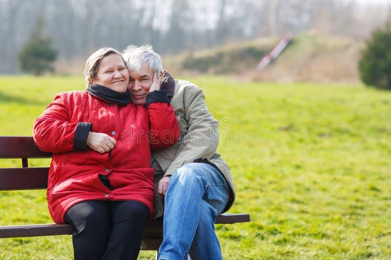 Glückliche ältere Paare in der Liebe Park draußen lizenzfreies stockbild