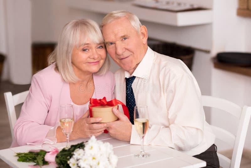 Glückliche ältere Paare, die Jahrestag feiern stockfotografie