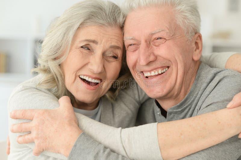 Glückliche ältere Paare, die zu Hause lachen lizenzfreies stockbild