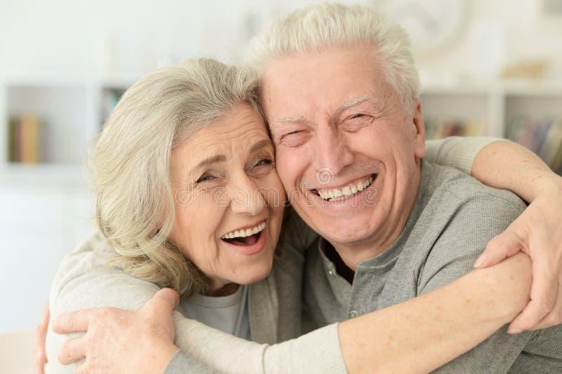 Glückliche ältere Paare, die zu Hause lachen stockfotografie