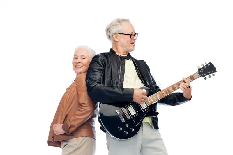 Glückliche ältere Paare mit E-Gitarre lizenzfreie stockbilder