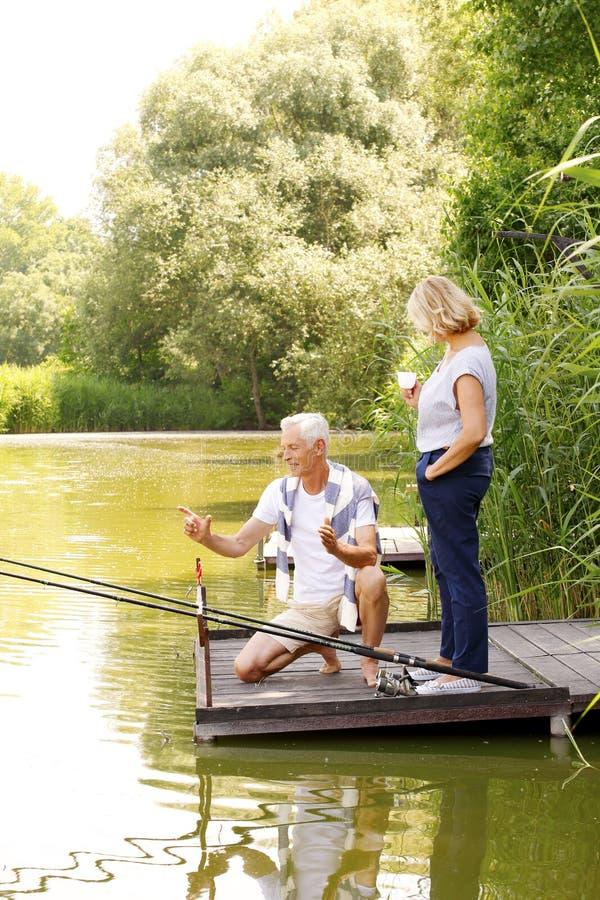 Glückliche ältere Paare am Ufer lizenzfreie stockfotos