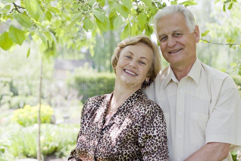 Glückliche ältere Paare, welche die Natur genießen stockfoto