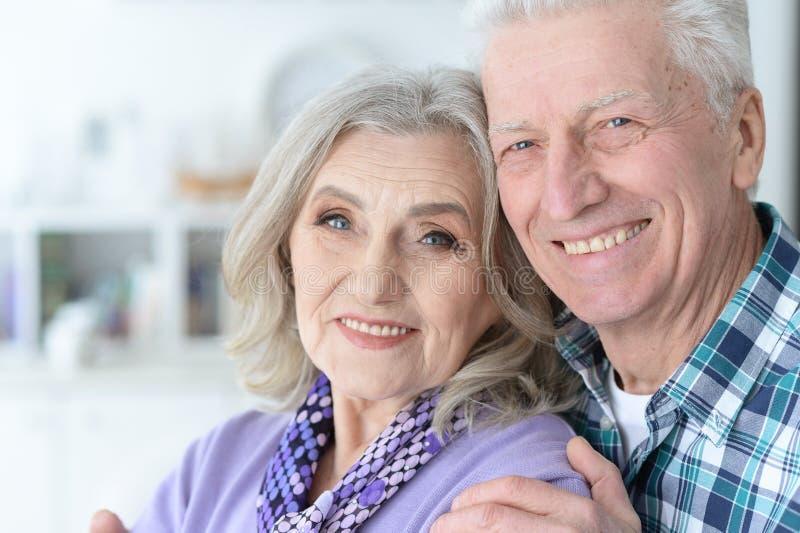 Glückliche ältere Paare zu Hause lizenzfreie stockbilder