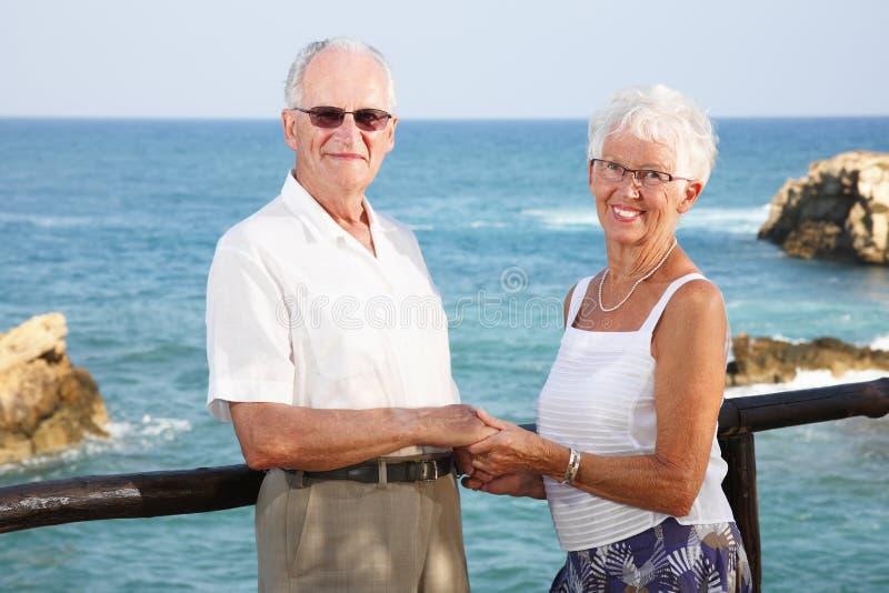 Glückliche ältere Paarholdinghände stockbilder
