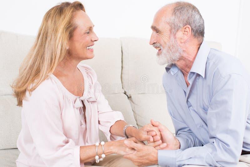 Glückliche ältere Paarunterhaltung stockfoto