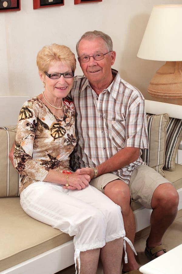 Glückliche Ältere zu Hause lizenzfreie stockbilder