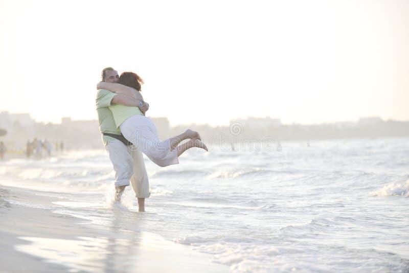 Glückliche Älterpaare auf Strand lizenzfreies stockbild