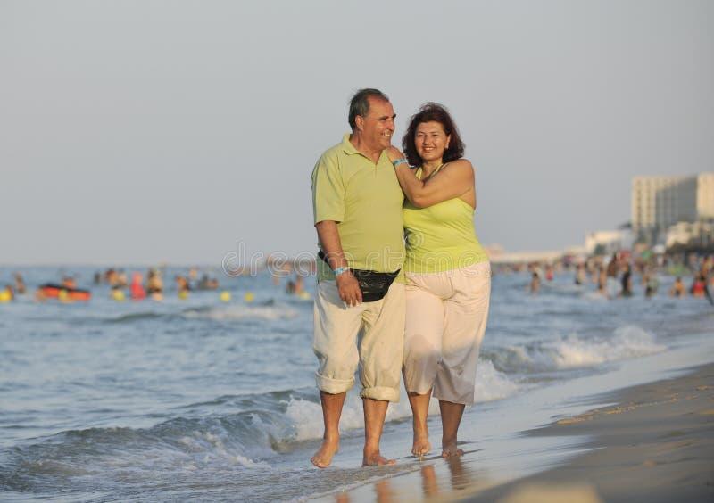 Glückliche Älterpaare auf Strand stockbild