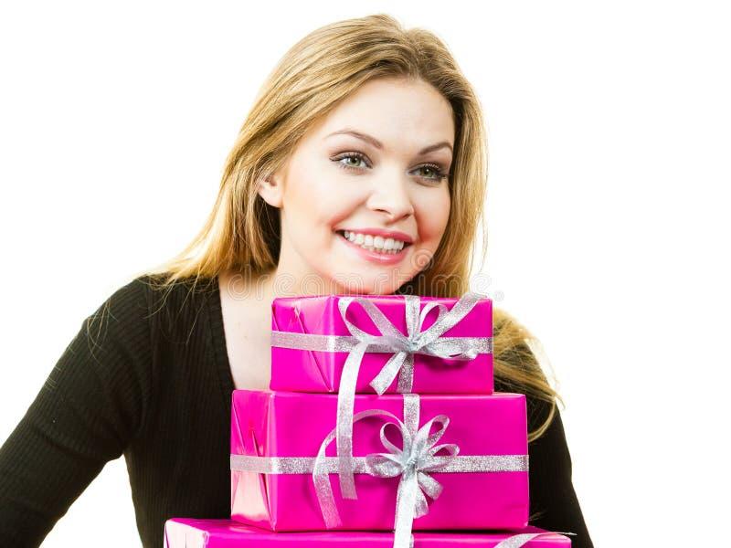 Glückliche überraschte Frau mit vielen Geschenken lizenzfreie stockfotografie