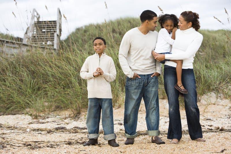 Glückliche African-Americanfamilie, die zusammen steht lizenzfreie stockfotografie