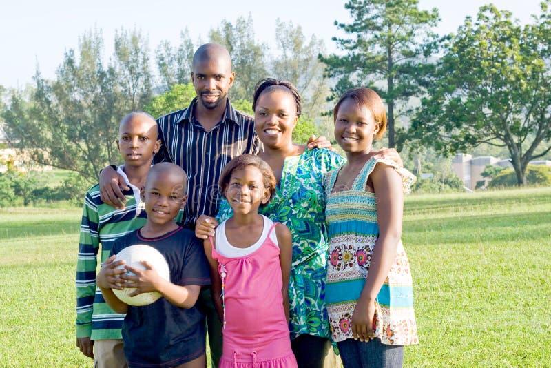 Glückliche afrikanische Familie lizenzfreies stockbild