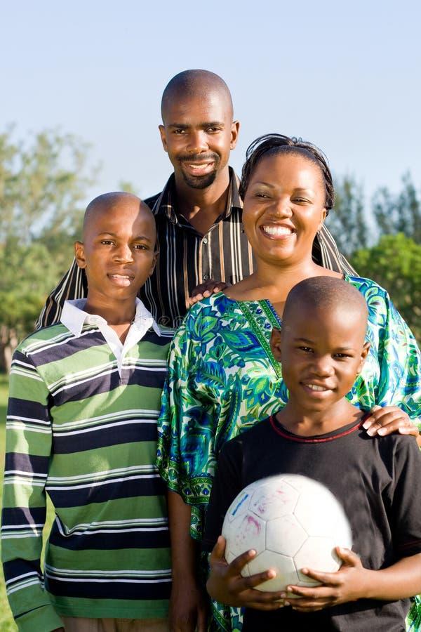 Glückliche afrikanische Familie lizenzfreie stockfotos