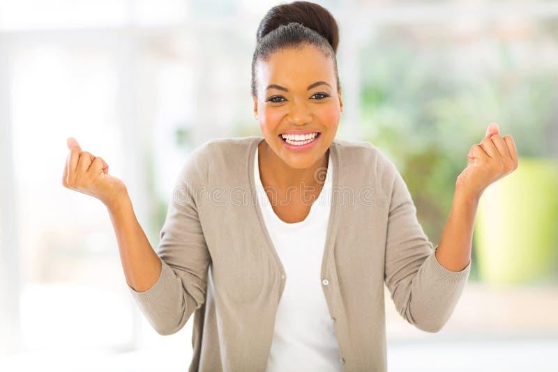 Glückliche afrikanische Frau stockfotografie