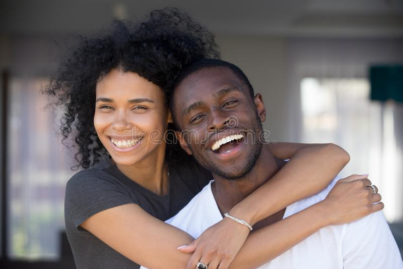 Glückliche afrikanische Paare des Headshotporträts in der Liebe, die draußen umarmt lizenzfreies stockbild