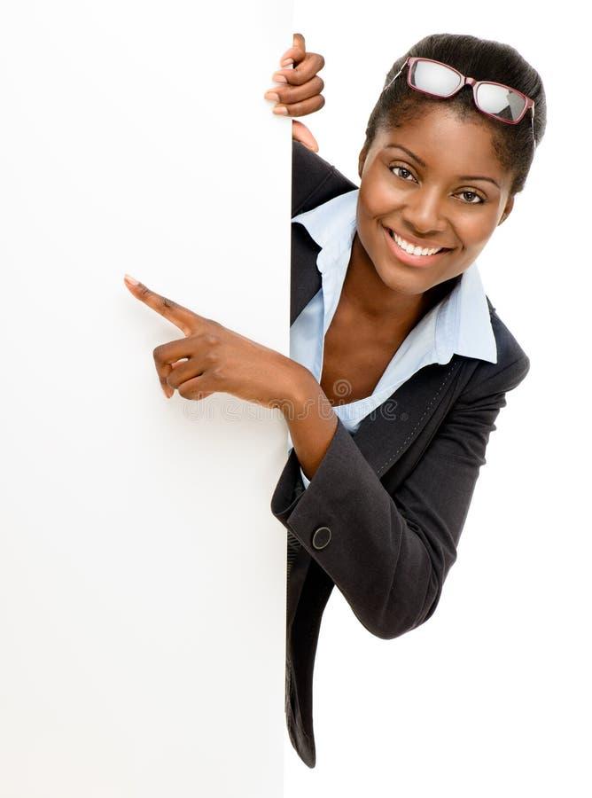 Glückliche Afroamerikaner-Frau, die auf Anschlagtafelzeichen-Weißba zeigt lizenzfreie stockbilder