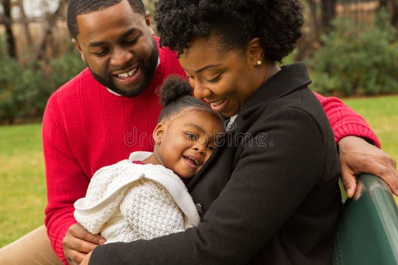 Glückliche Afroamerikanerfamilie mit ihrem Baby lizenzfreie stockfotos