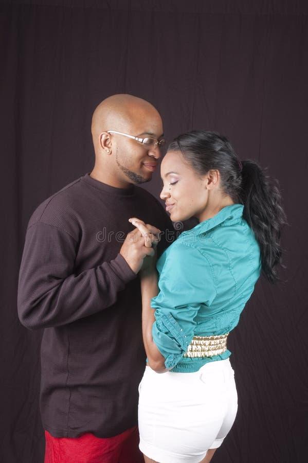 Glückliche Afroamerikanerpaare lizenzfreies stockbild