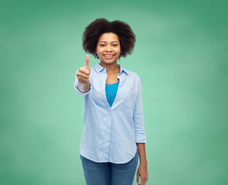 Glückliche afroe-amerikanisch Frau, die sich Daumen zeigt lizenzfreies stockbild