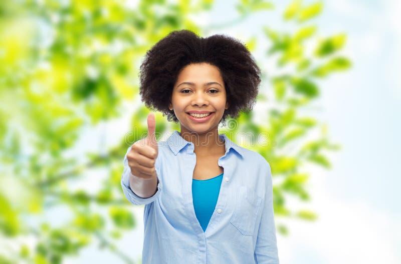 Glückliche afroe-amerikanisch Frau, die sich Daumen zeigt lizenzfreie stockfotos