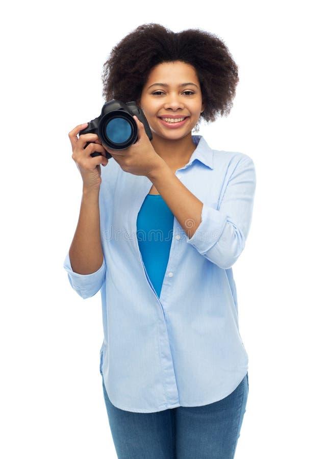 Glückliche afroe-amerikanisch Frau mit Digitalkamera lizenzfreie stockfotografie