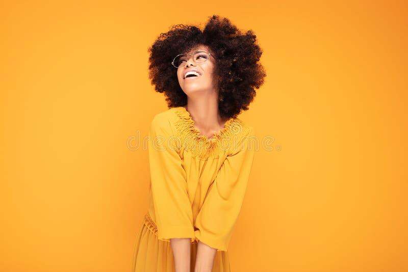 Glückliche Afrofrau mit schönem Lächeln lizenzfreies stockfoto