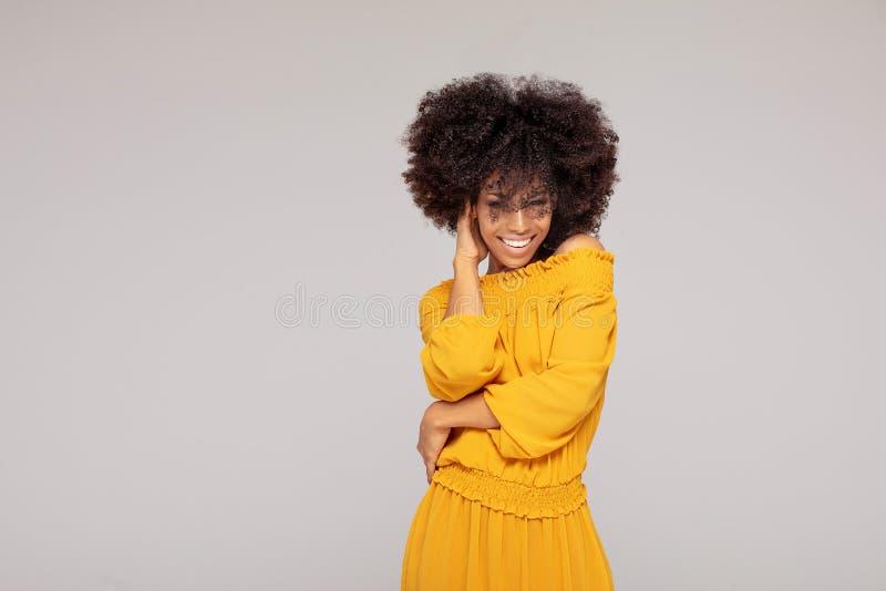 Glückliche Afrofrau mit schönem Lächeln lizenzfreie stockfotos