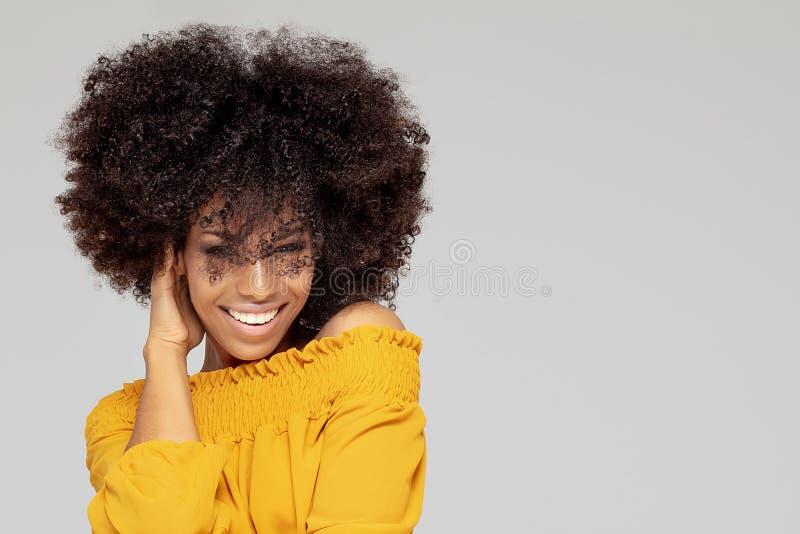 Glückliche Afrofrau mit schönem Lächeln lizenzfreie stockbilder