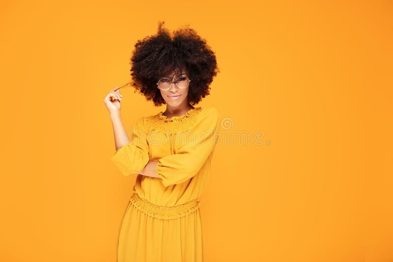 Glückliche Afrofrau mit schönem Lächeln stockfoto