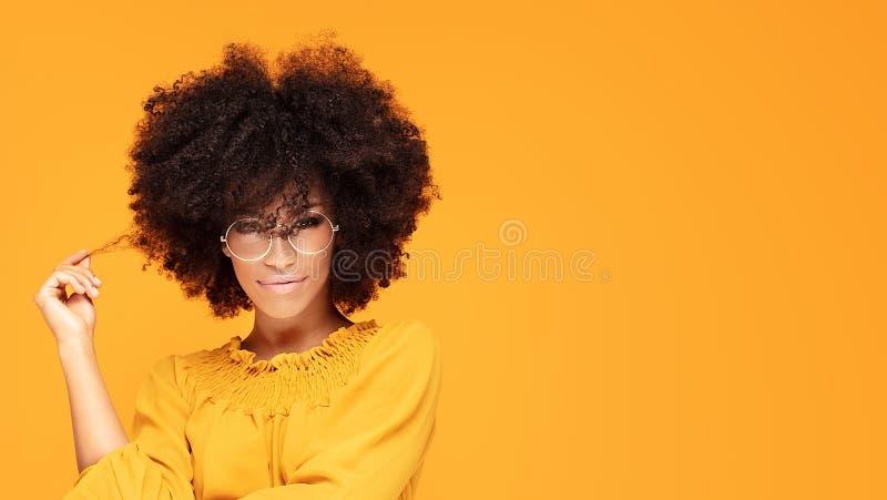 Glückliche Afrofrau mit schönem Lächeln lizenzfreies stockbild