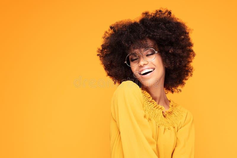 Glückliche Afrofrau mit schönem Lächeln stockfotos
