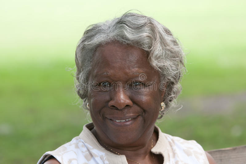 Glückliche alte Afroamerikanerdame stockbild