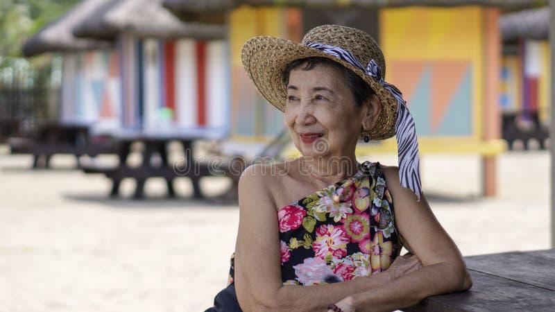 Glückliche alte Frau im Urlaub stockfoto