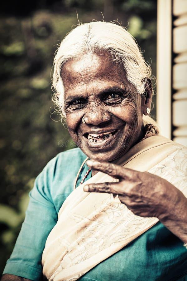 Glückliche alte indische Frau Ältere Falten stockbilder
