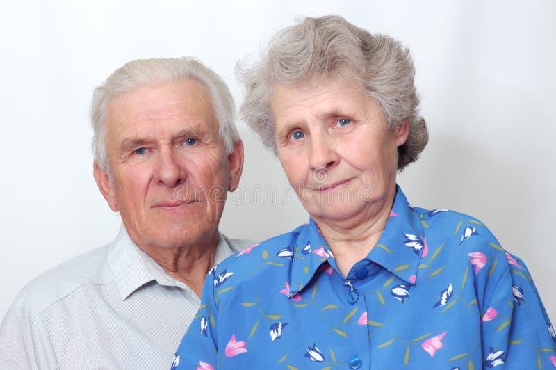 Glückliche alte Paare, die zur Kamera schauen lizenzfreies stockfoto