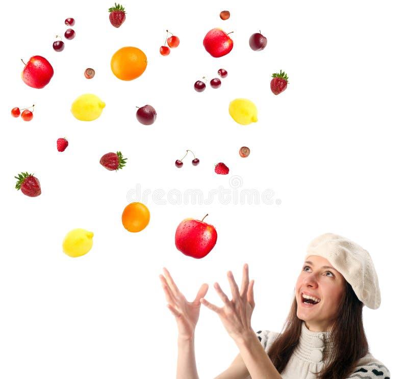 Glückliche anziehende Früchte und Beeren der jungen Frau stockfoto