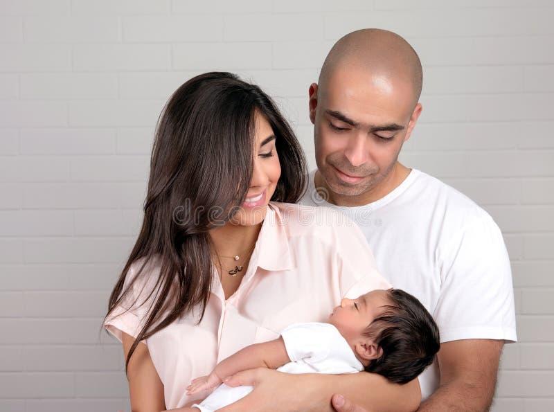 Glückliche arabische Familie zu Hause lizenzfreie stockfotografie