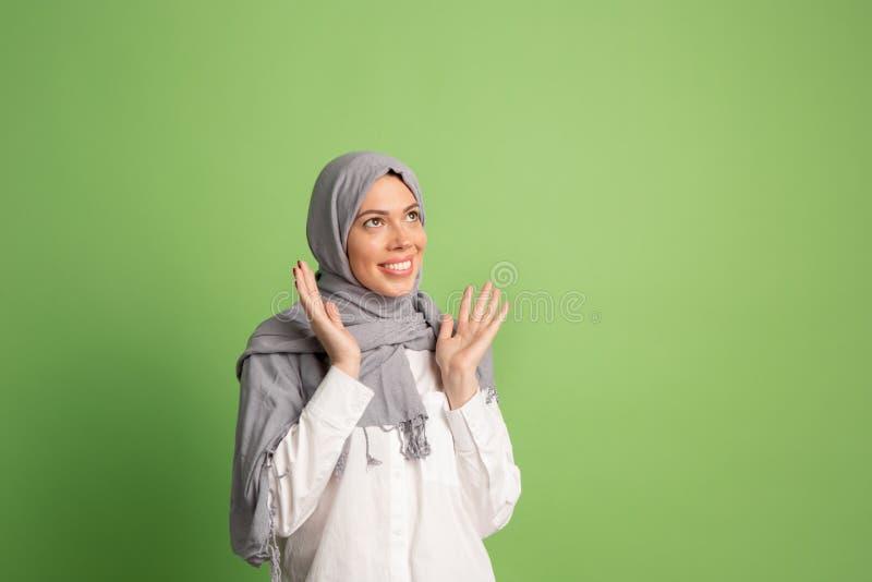 Glückliche arabische Frau im hijab Porträt des lächelnden Mädchens, werfend am Studiohintergrund auf stockfotos