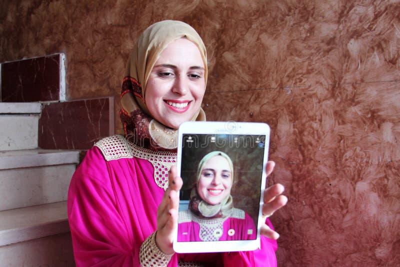 Glückliche arabische moslemische Frau, die selfie nimmt lizenzfreies stockfoto