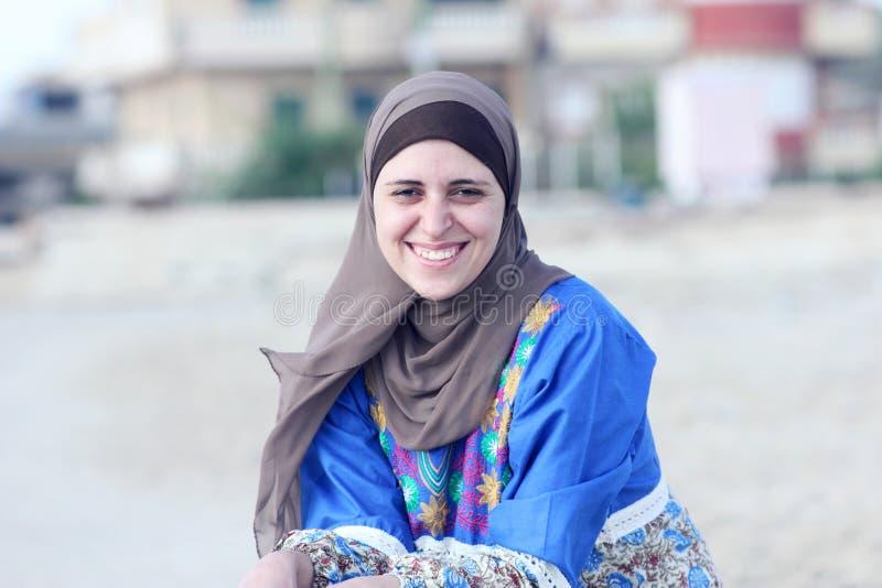 Glückliche arabische moslemische Frau tragendes hijab stockbild