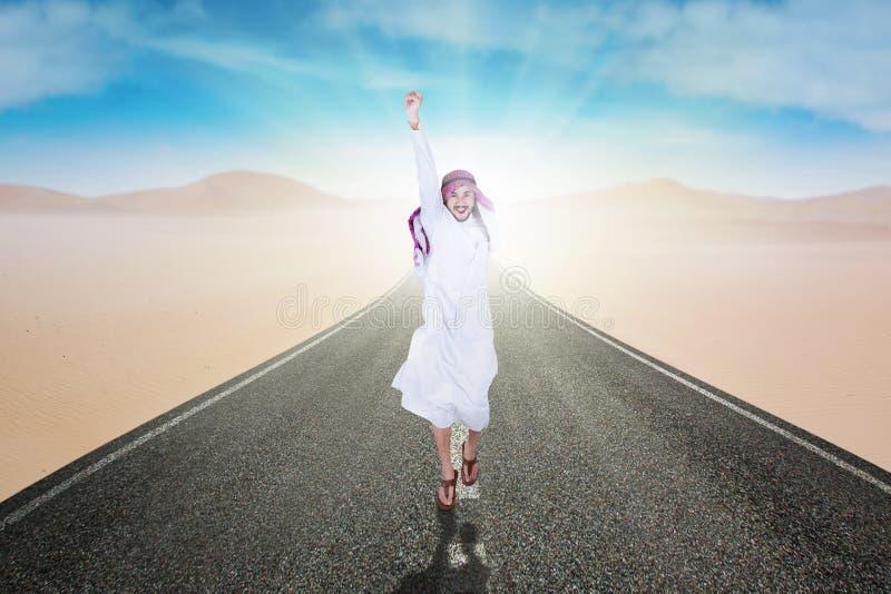 Glückliche arabische Person springt auf die Straße lizenzfreie stockfotografie