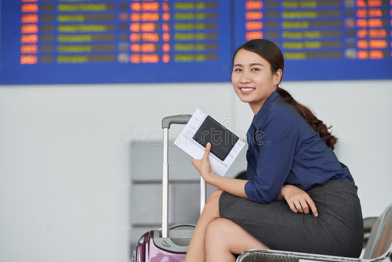 Glückliche Asiatin im Flughafen, Pass halten stockfoto