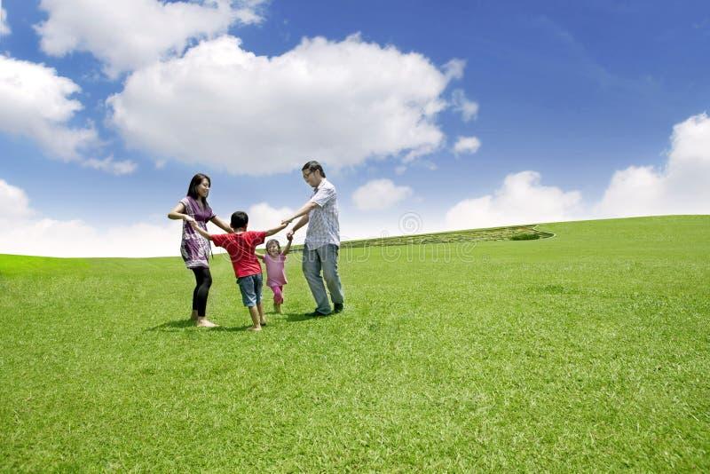 Glückliche asiatische Familie stockbilder