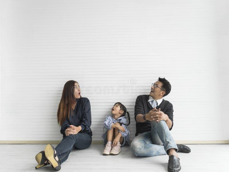 Glückliche asiatische Familie, die oben schaut Kopieren Sie Platz stockfotografie