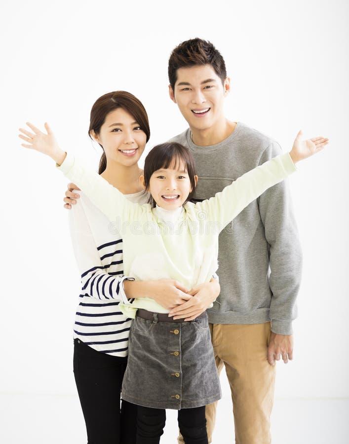 Glückliche asiatische Familie, die zusammen steht stockbilder