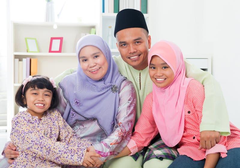 Glückliche asiatische Familie zu Hause. stockfotografie